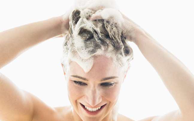 用这几种错的洗头方式,你的头发一定很干枯
